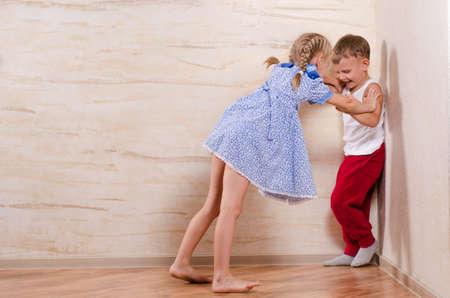 Garçon et fille Enfants jouant à la maison, isolés sur les murs en bois Banque d'images - 31224935