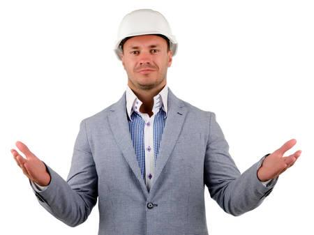 Close up Mittelalter Male Ingenieur im grauen Mantel und weißen Helm der Suche mit offenen Händen Handflächen nach oben in die Kamera
