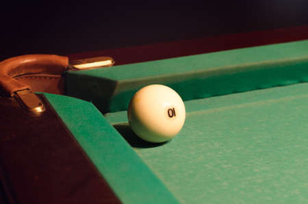 bola de billar: Close up blanca bola de piscina con el n�mero 10 cerca del agujero de la tabla Foto de archivo