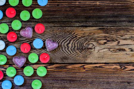 faire l amour: Bougie avec bo�te-cadeau et les c?urs sur fond de bois