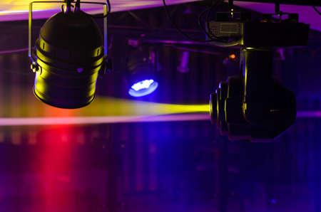 Podium verlichting apparatuur gemaakt van Fresnel verlichting en ellipsvormige reflector schijnwerper gemonteerd tot concerten en live optredens verlichten