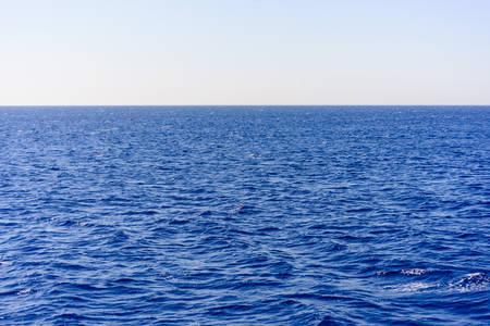 ozean: Hintergrund-Textur von einem ruhigen tiefblaue Meer mit Wellen auf der Oberfläche des Meerwassers, Vollbild Lizenzfreie Bilder