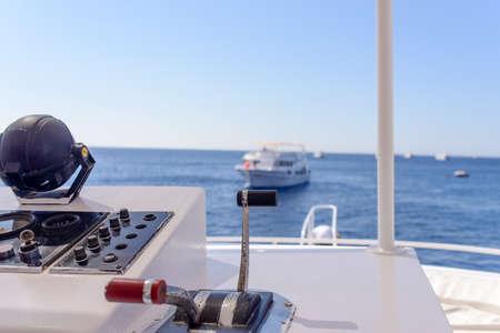bateau: Près les détails de la console de navigation vers l'avant sur un bateau face à la mer dans un concept de bateaux vacances d'été de tournée et Voyage