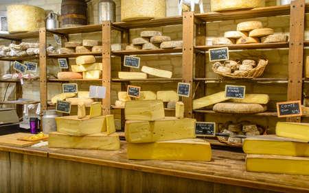 Winkel met verschillende handgemaakte kazen weergaven van een paar stukjes snijden van de kaas klaar voor verkoop