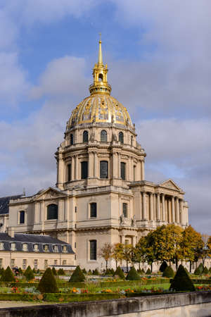 napoleon bonaparte: Golden dome of Les Invalides on background. Les Invalides - complex of museums and monuments, burial site for some of Frances war heroes, notably Napoleon Bonaparte.