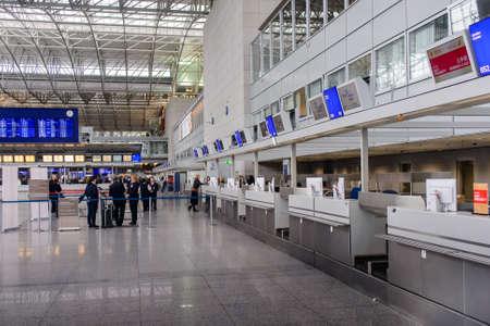 emigranti: Francoforte, Germania-26 ottobre 2015: I passeggeri in attesa in una sala partenze in un aeroporto o stazione ferroviaria in fila pronti a salire a bordo il loro piano, concetto di viaggio