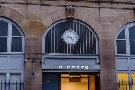 PARIGI, FRANCIA - 1 Novembre 2015: Ingresso principale all'ufficio postale di La società Poste.French e gestisce servizi postali e bancari nei dipartimenti francesi d'oltremare Editoriali