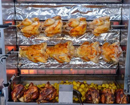 pollo rostizado: Filas de pollos de cocina en un asador