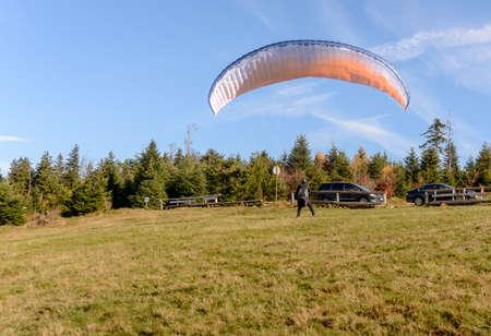 fallschirm: Paraglider beginnt. Parachute befindet sich in den Bergen sonnigen Tag mit Luft zu füllen. Lizenzfreie Bilder