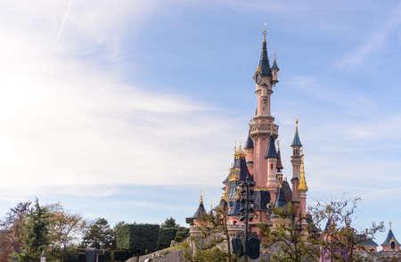 Frankrijk, Paris- 1 november 2015: Kasteel van Doornroosje, het symbool van Disneyland Parijs Redactioneel