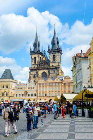 praga: Czech Republic, Praga -28 Jule 2016:Tourists in Old Town Square, Prague, Czech Republic with the Church of Our Lady before Tyn in the background