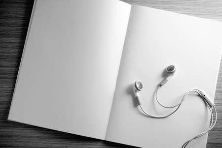 trompo de madera: diario abierto y el auricular en una mesa de madera. El estudio y la revista concepto - imagen de estilo de la vendimia efecto.