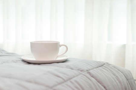 침대 배경에 아침에 커피 한잔