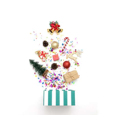 Giftdoos met diverse partijconfettien en Kerstmisdecoratie op een witte achtergrond. Kleurrijke vieringsachtergrond.