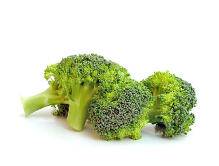 broccoli: Verse rauwe broccoli geïsoleerd op witte achtergrond