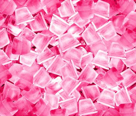 Hintergrund mit Eisw�rfeln in rosa Licht.