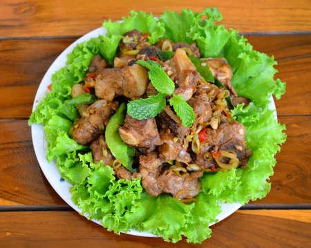 Gebratenes Schweinefleisch mit Kraut