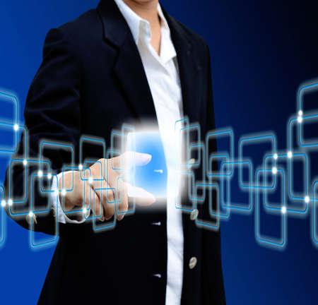 Hand Dr�cken der Taste auf einem Touchscreen-Interface