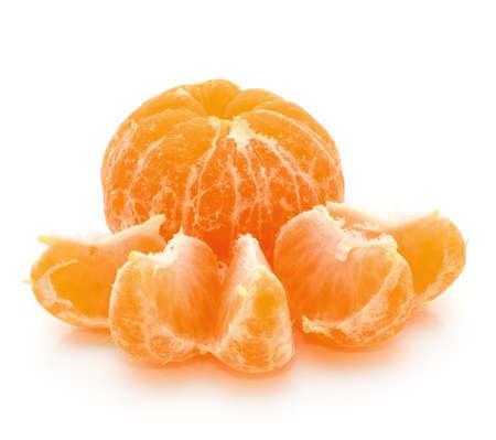 Mandarin Orangen oder Mandarinen Obst isoliert auf wei�em Hintergrund