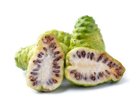 Noni indischen Maulbeere Obst auf wei�em Hintergrund
