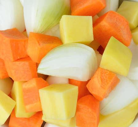 Gew�rfelte Kartoffeln, Zwiebeln und Karotten.