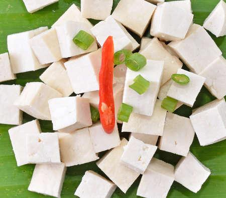 Raw Tofu schneiden in W�rfel auf Bananenbl�ttern