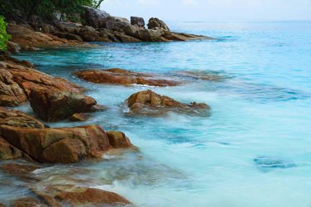 long weekend: Roccia sulla spiaggia di Tachai Island, Sud della Thailandia Archivio Fotografico