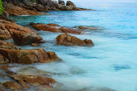 long weekend: Roccia sulla spiaggia di Isola Tachai Archivio Fotografico