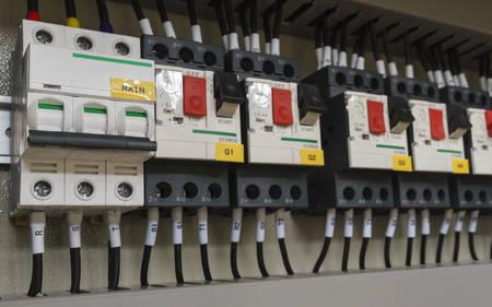 Nahaufnahme Elektrische Verkabelung Mit Sicherungen Und Schütze ...