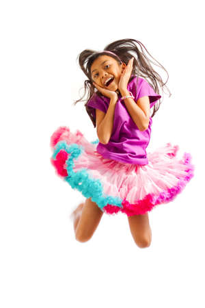 niños danzando: linda chica con la falda tutú asiático salto de altura aislados