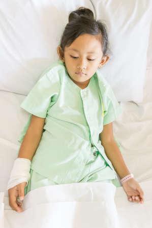 petite fille triste: Petite asiatique ethnique Fille sentiment de tristesse Impatient � l'h�pital Banque d'images