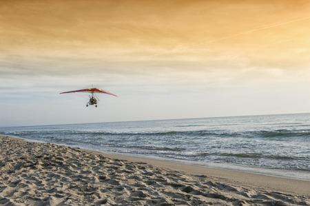 motorised: Un planeador motorizado que vuelan en la playa