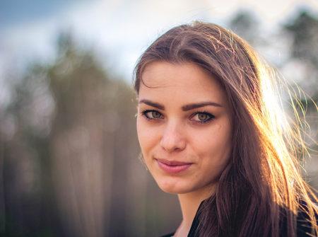 retrato de cerca de Una hermosa chica morena posando en un campo en otoño. Ojos. Foto de arte. Foto de archivo