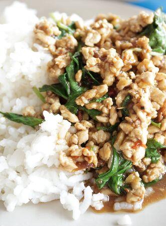 santa cena: Cerdo salteado con albahaca, comida tradicional tailandesa