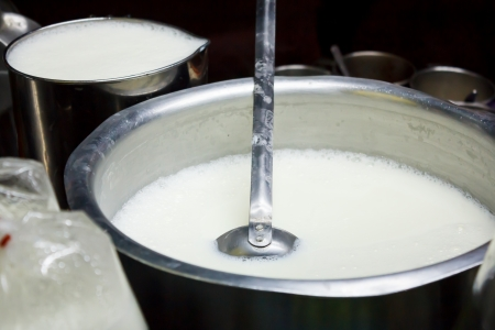 夜のシーンに新鮮な牛乳を沸騰ポット