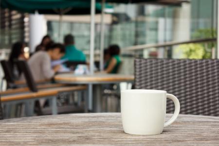 wooden desk: kopje koffie op tafel in cafe