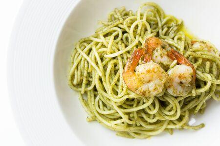 camaron: Vista superior de los espaguetis salsa de pesto con camarones