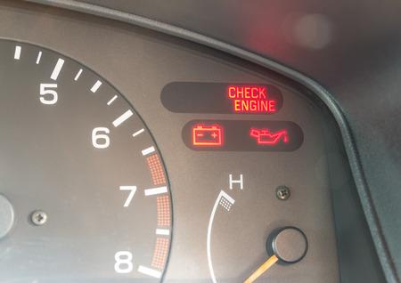 Luces de tablero de instrumentos del coche que muestran símbolos de verificación del motor, presión de aceite, carga de la batería