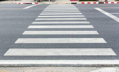 crosswalk: Paso de peatones, paso de cebra en el camino