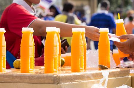 alimentos y bebidas: botella de plástico de jugo de naranja, calle comida tailandesa