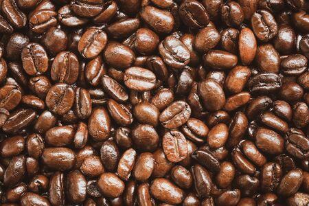 Primo piano della trama e dello sfondo dei chicchi di caffè tostati