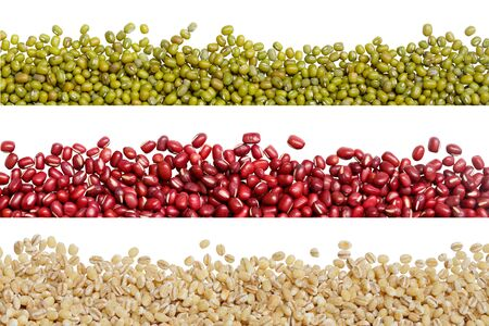 border of dry mung beans, red beans and barley seeds isolated on white background Archivio Fotografico