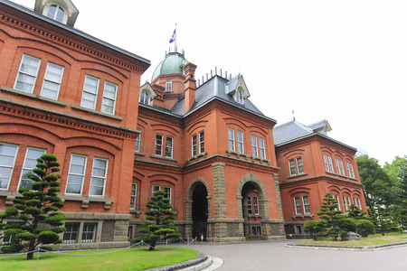 oficina antigua: Vista del antiguo edificio de oficinas de gobierno de Hokkaido en temporada de verano. Ahora es el museo histórico y popular atracción turística en Sapporo. Editorial