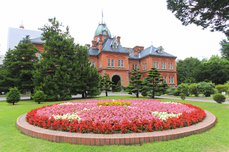 oficina antigua: View of Former Hokkaido Government Office building in summer season. Now it is the historical museum and popular tourist attraction in Sapporo.