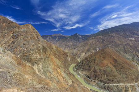 The famous first bend, Omega curve, of Yangtze river in Yunnan Province, China. Banco de Imagens