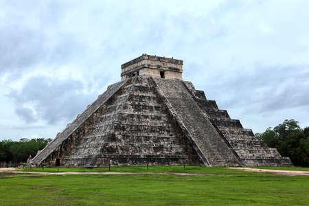 pre columbian: Mayan pyramid of Kukulcan El Castillo in Chichen-Itza  Chichen Itza , Mexico Stock Photo