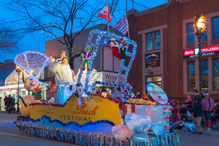 Penticton, British Columbia/Canada - December 3, 2016: Miss Penticton waves to the crowds from the Penticton Peach Festival float, during the annual Santa Claus Parade in downtown Penticton. Imagens - 96423714