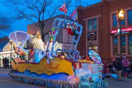 Penticton, Columbia Británica / Canadá - 3 de diciembre de 2016: Miss Penticton saluda a la multitud desde el flotador del Festival Penticton Peach, durante el Desfile anual de Santa Claus en el centro de Penticton. Editorial