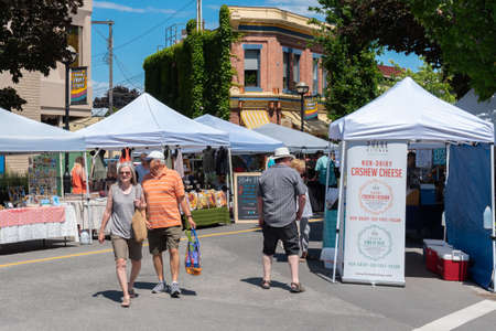 Penticton, British ColumbiaCanada - June 15, 2019: people shopping at the Penticton Farmers Market on Front Street, the largest farmers market in the South Okanagan. 新聞圖片