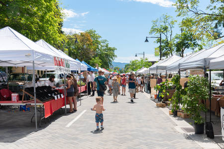 Penticton, British ColumbiaCanada - June 15, 2019: vendors and customers line Main Street for the Penticton Farmers Market, a popular weekly event. 新聞圖片